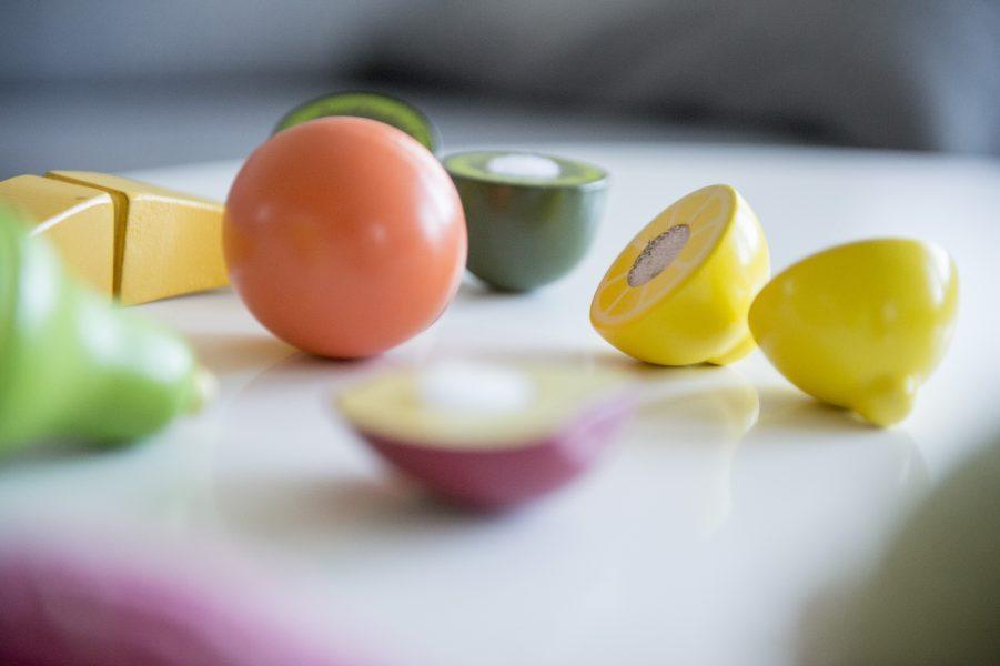 Hundratals riskkemikalier kan finnas i material som kommer i kontakt med livsmedel, enligt en ny internationell studie.