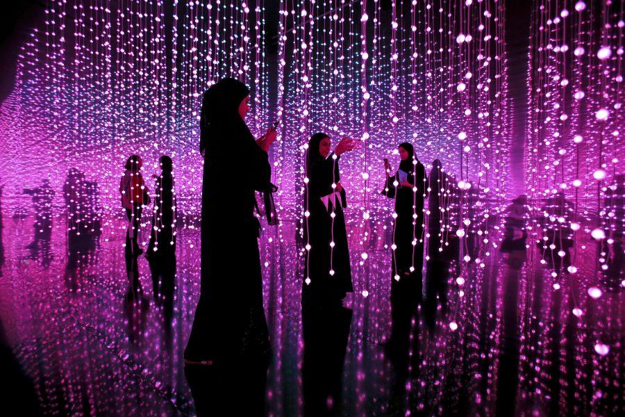 På Museet för världens framtid i Dubai tar några kvinnor selfies.