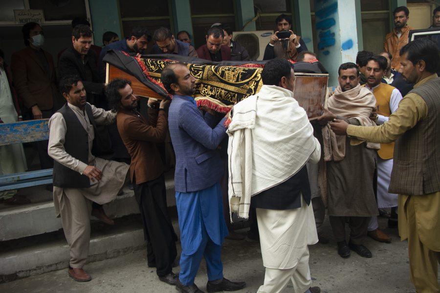 Släktingar till den mördade journalisten Malalai Maiwand bär hennes kista i Jalalabad, öster om huvudstaden Kabul, den 10 december.
