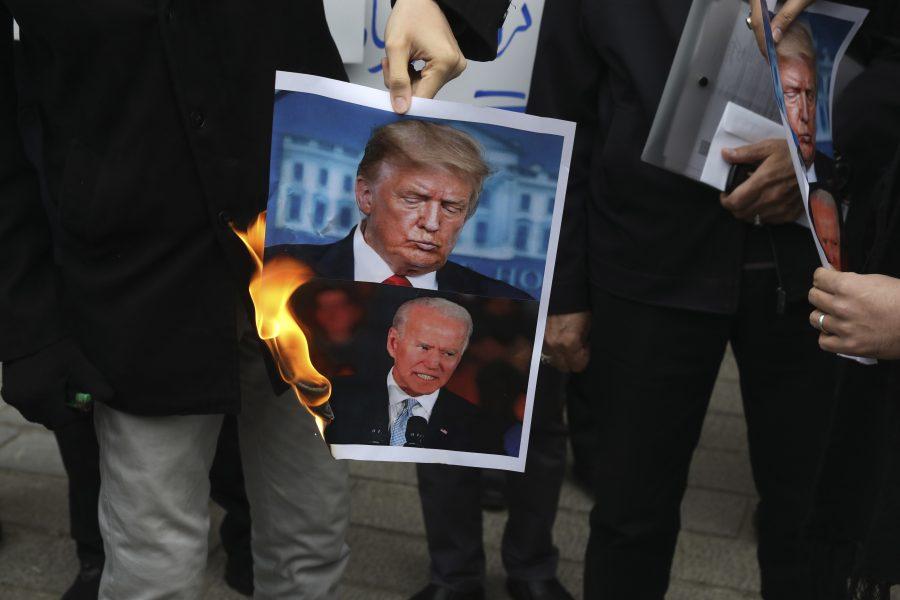 Demonstranter bränner en bild på USA:s president Donald Trump och tillträdande president Joe Biden under en protest framför det iranska utrikesdepartementet i lördags – dagen efter mordet på Mohsen Fakhrizadeh.