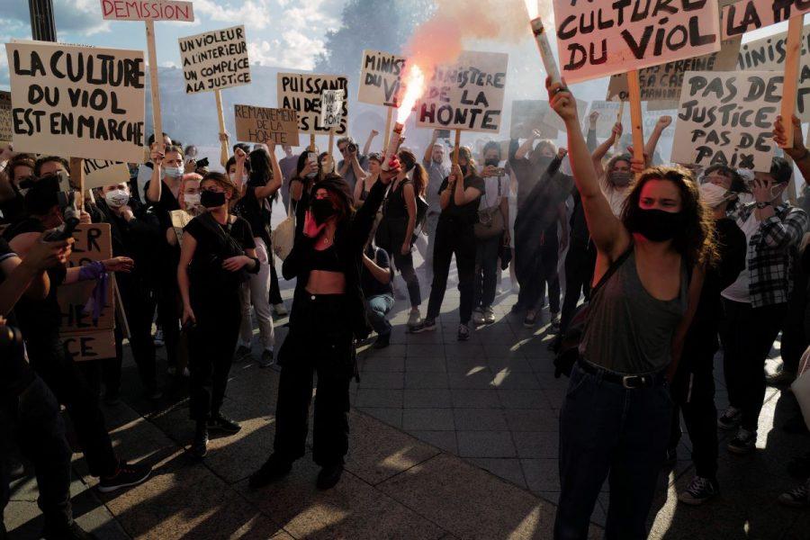 Demonstrationer utanför Paris stadshus i juli, där utnämnandet av den nya inrikesministern kritiserades då det pågår en utredning kring en våldtäkt som han anklagats för.