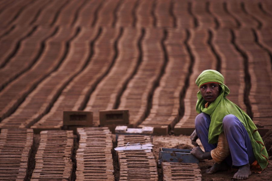 Då nioåriga Thuraya Rasul i arbete på en pakistansk tegelfabrik 2010.