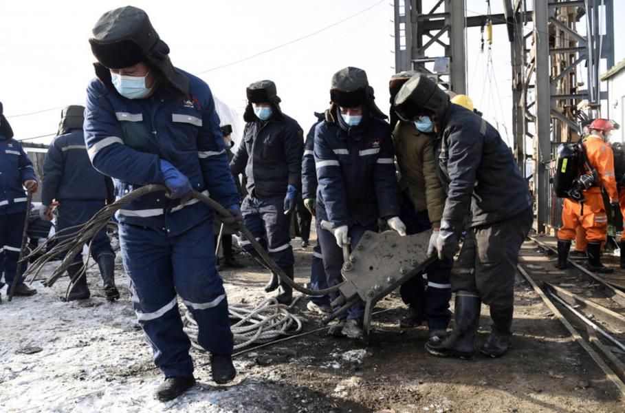 Räddningsarbetare vid den guldgruva i Shandongprovinsen som devis rasat samman.