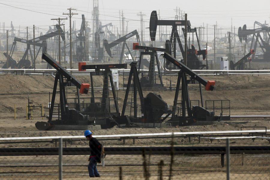 Regeringar världen över bör anta mer strikta policies för att förmå olje- och gasindustrin att minska utsläppen av växthusgaser, enligt International Energy Agency.