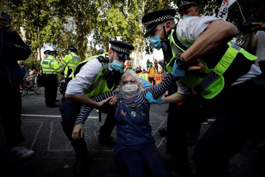 Vid Extinction rebellions protester vid Parliament square i september förde polisen bort många av de demonstranter som lagt sig ner på vägen.