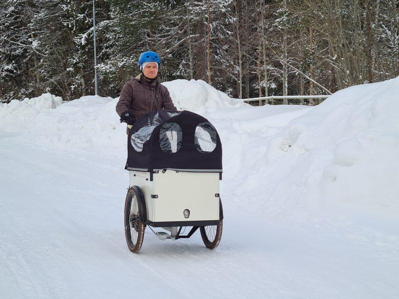 Christofer Åström med familj sålde sin bil och köpte en eldriven lådcykel i stället.