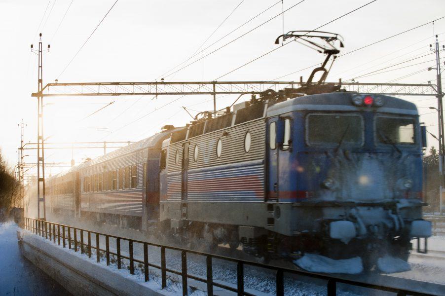 SJ överväger att sluta stanna på en ort sedan personal på regionaltåg i Mälardalen och Bergslagen utsatts för hot och våld.