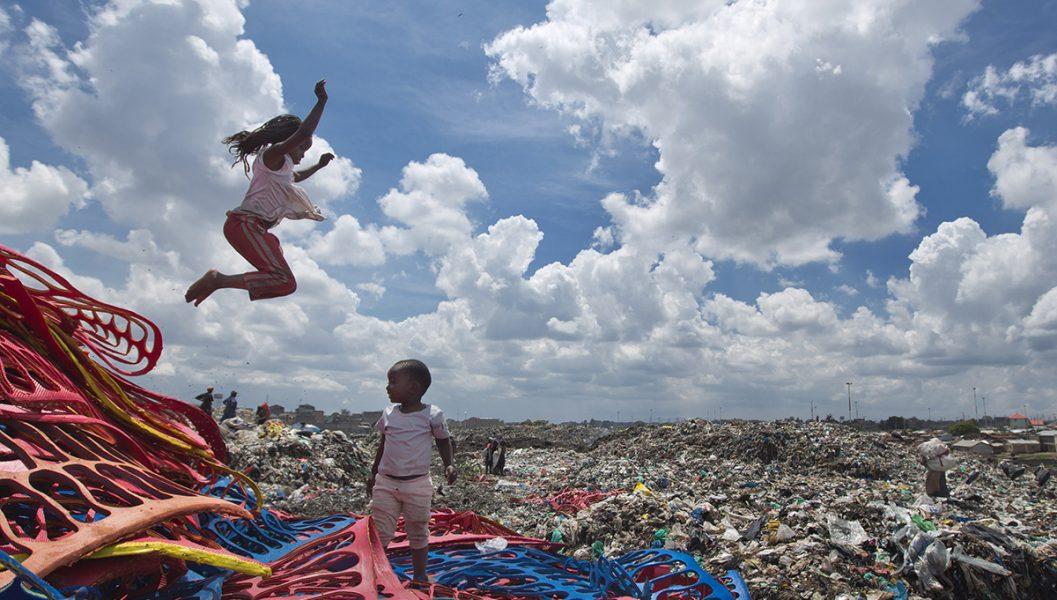 En sällsynt paus i jobbet på soptippen för Joyce Njeri och Santel Akyini i Nairobi.
