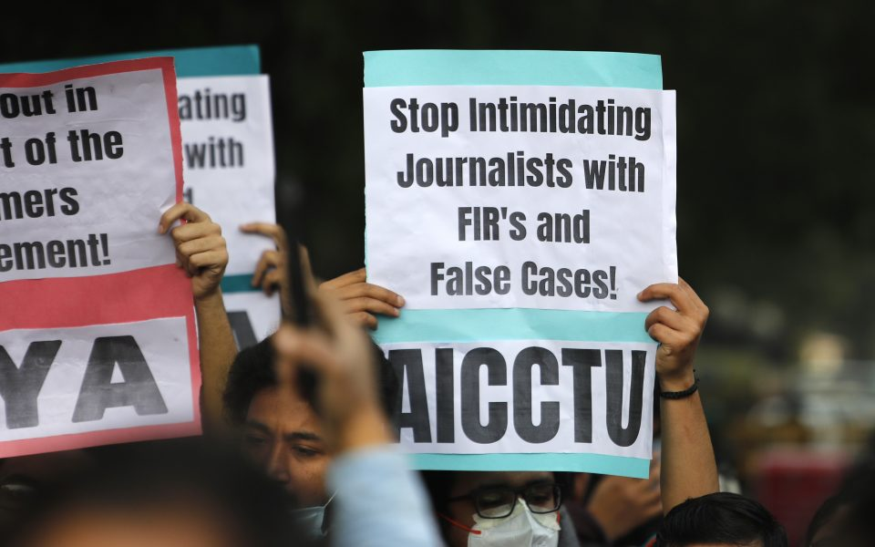 Demonstranter håller plakat till stöd för journalister och yttrandefrihet.