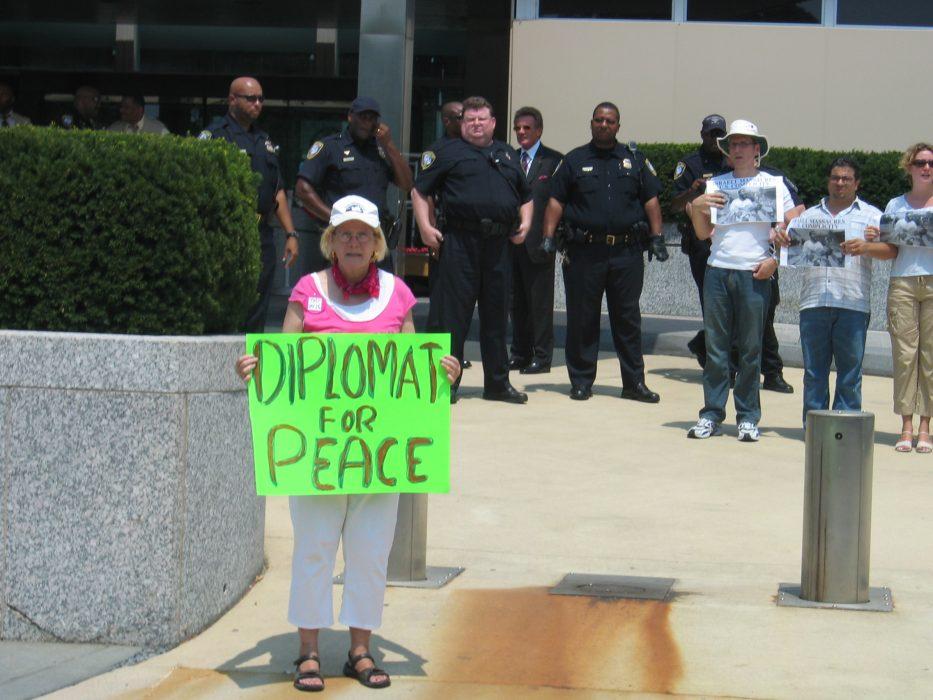 Ann Wright demonstrerar utanför det amerikanska utrikesdepartementet där hon själv tjänstgjort som diplomat i sexton år. Foto: Koa Books