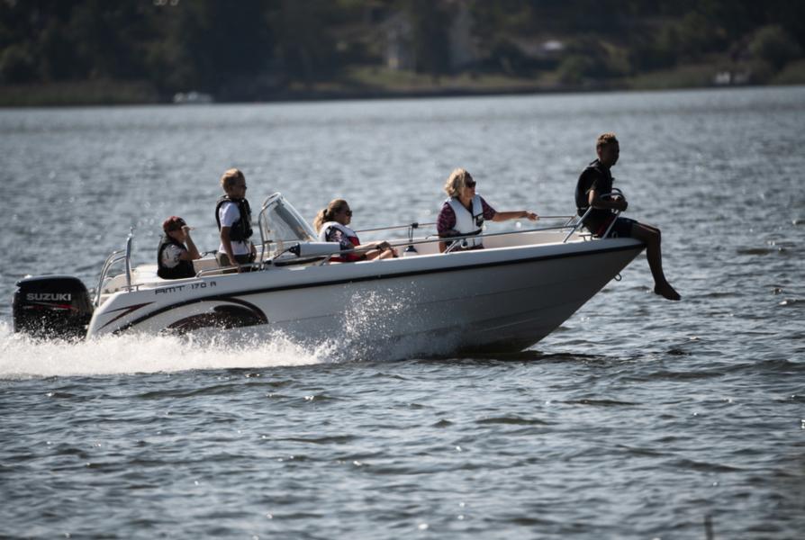 En ny forskningsrapport har påvisat många miljöstörande ämnen i Sveriges tre största sjöar : Vänern, Vättern och Mälaren.