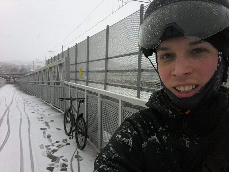 Det tog Erik Brinkman 17 vändor på cykel med sin kärra att flytta hela bohaget mitt i vintern.