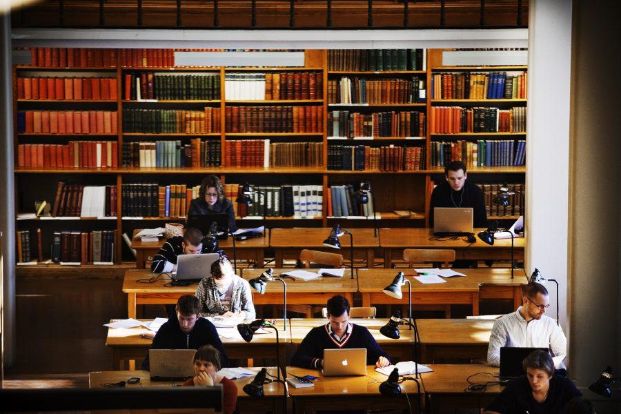 Krav på bland annat språkkunskaper och försörjning för att få permanent uppehållstillstånd kan göra det svårt att locka forskare till svenska universitet, befarar bland andra Sveriges universitetslärarförbund.