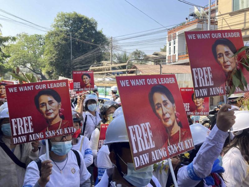 Demonstranter i staden Mandalay håller upp porträtt på Myanmars avsatta folkvalda ledare Aung San Suu Kyi och kräver att hon ska friges.