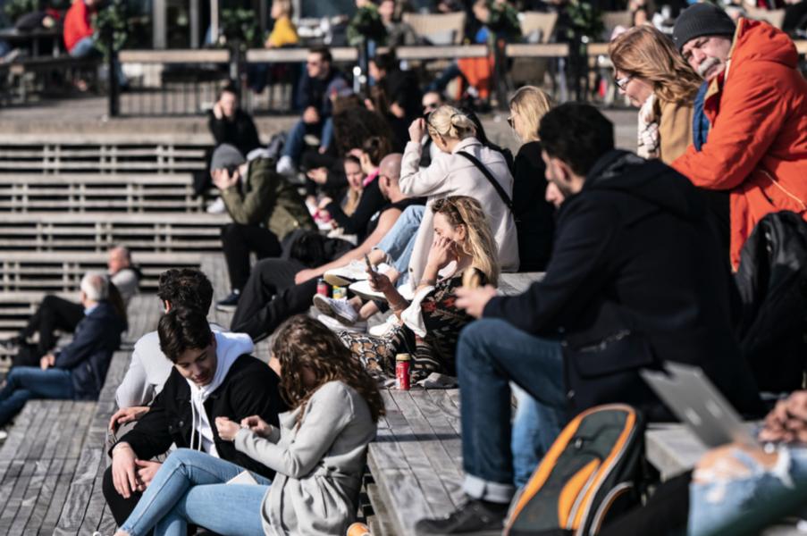 Många njöt av vårsolen vid kajen i Västra Hamnen i Malmö under tisdagen.