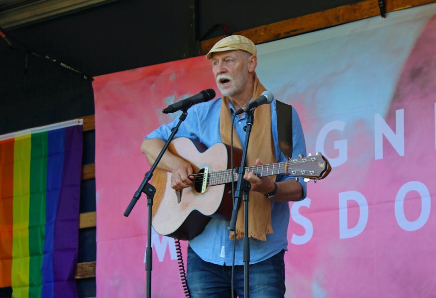 Sångaren Jan Hammarlund uppträder på Pridefestivalen i Finspång.