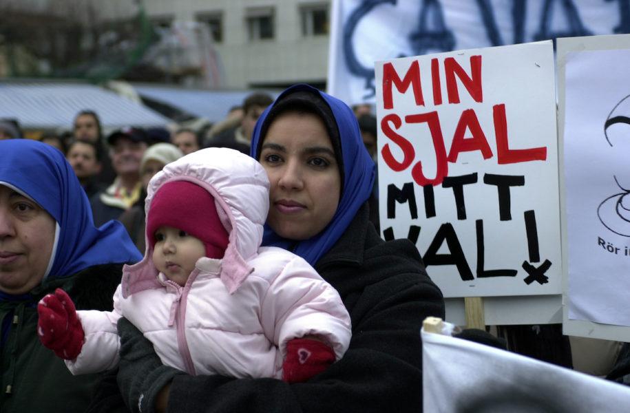 Demonstranter mot lagen mot huvuddukar i franska skolor vid den franska ambassaden i Stockholm 2004.