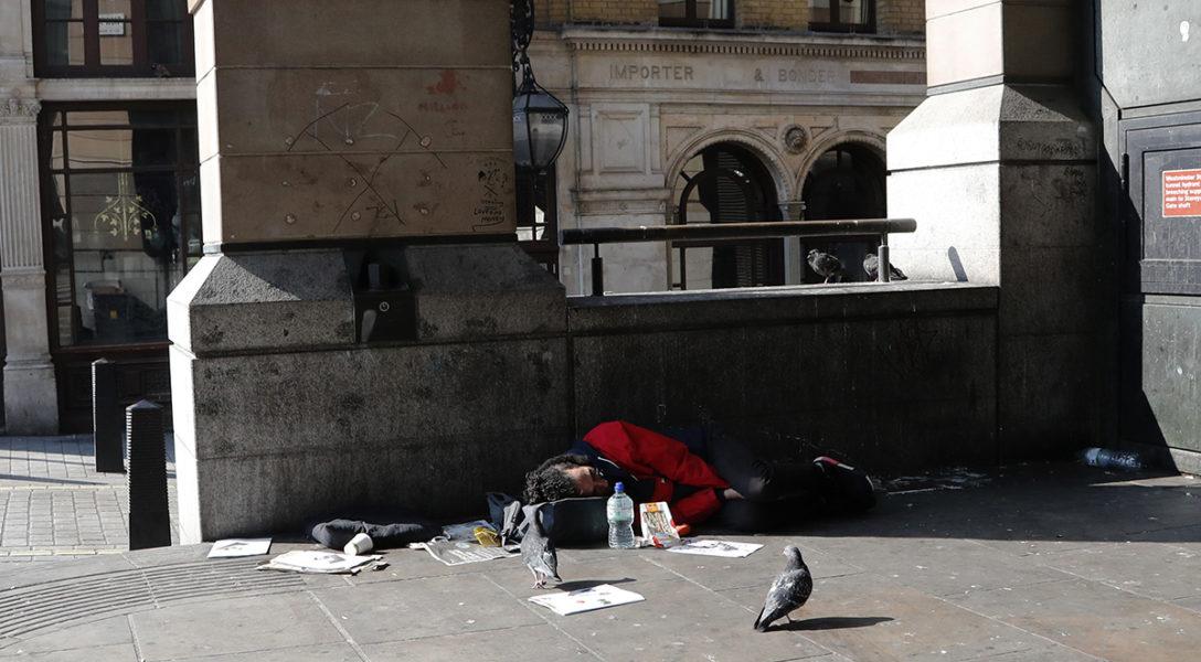 En trottoar i Westminster i London som sovplats.