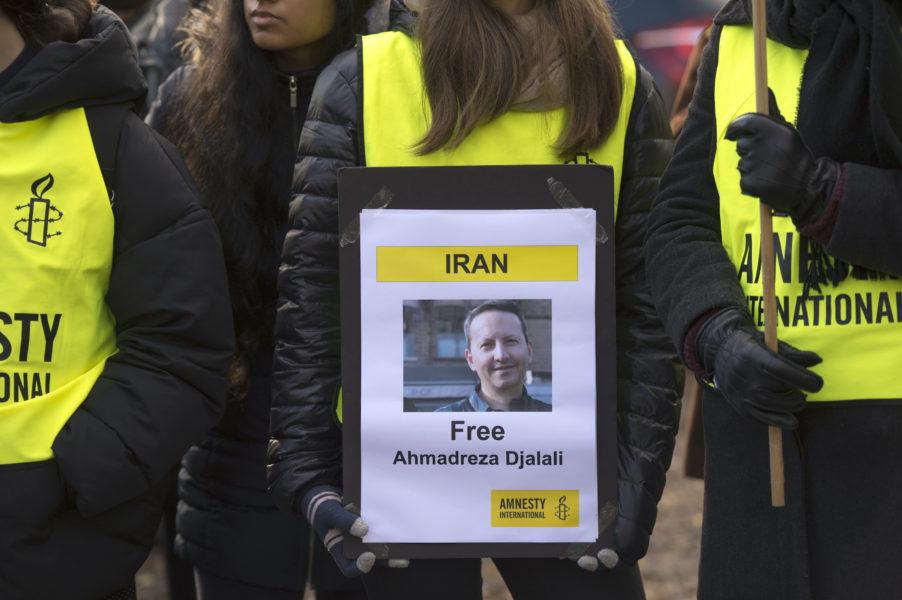 Demonstration utanför Irans ambassad i Stockholm till stöd för för den fängslade KI-forskaren Ahmedreza Djalali.