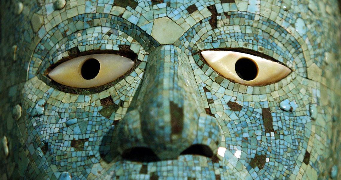 Masken av turkoser är femhundra år gammal och kommer från aztekernas rike.
