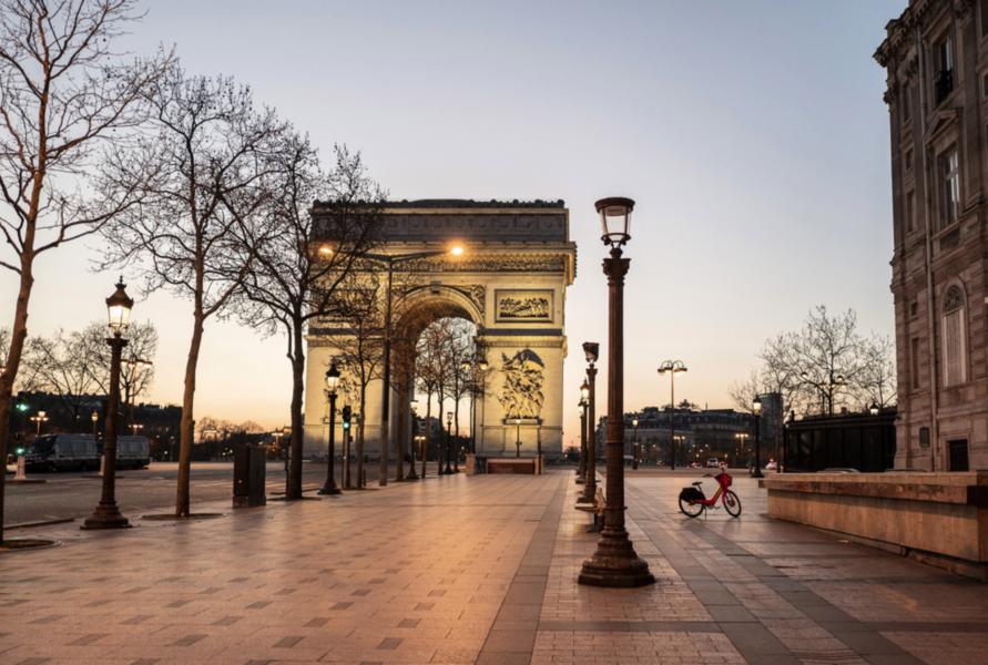 Folktomt på Avenue des Champs-Élysées i Paris förra helgen, kort efter det att utegångsförbudet trätt i kraft klockan 19.