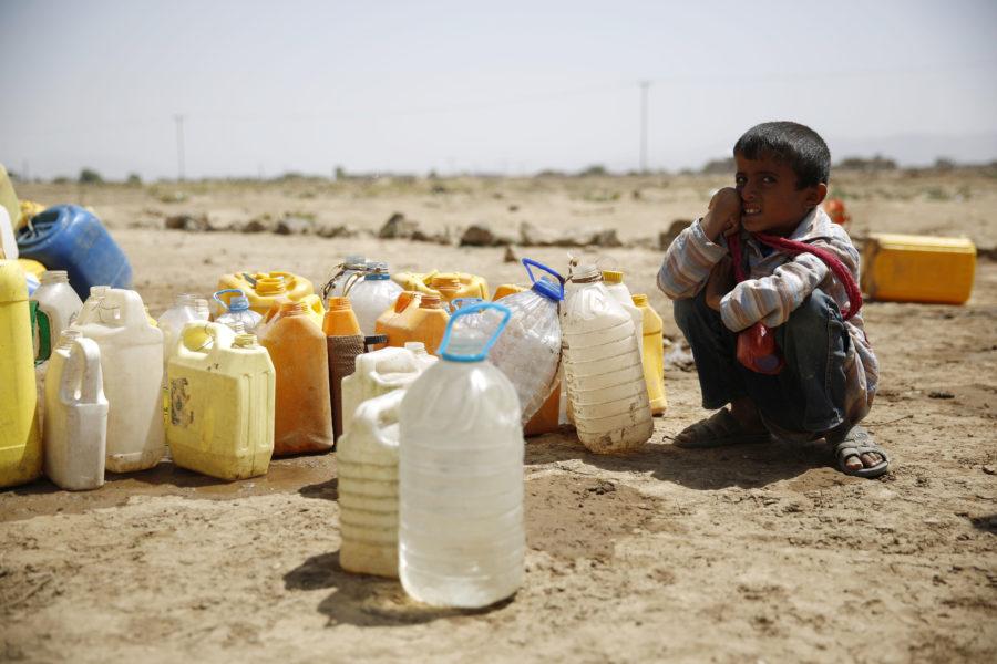 En pojke väntar på vatten i utkanten av Sanaa,Jemen.
