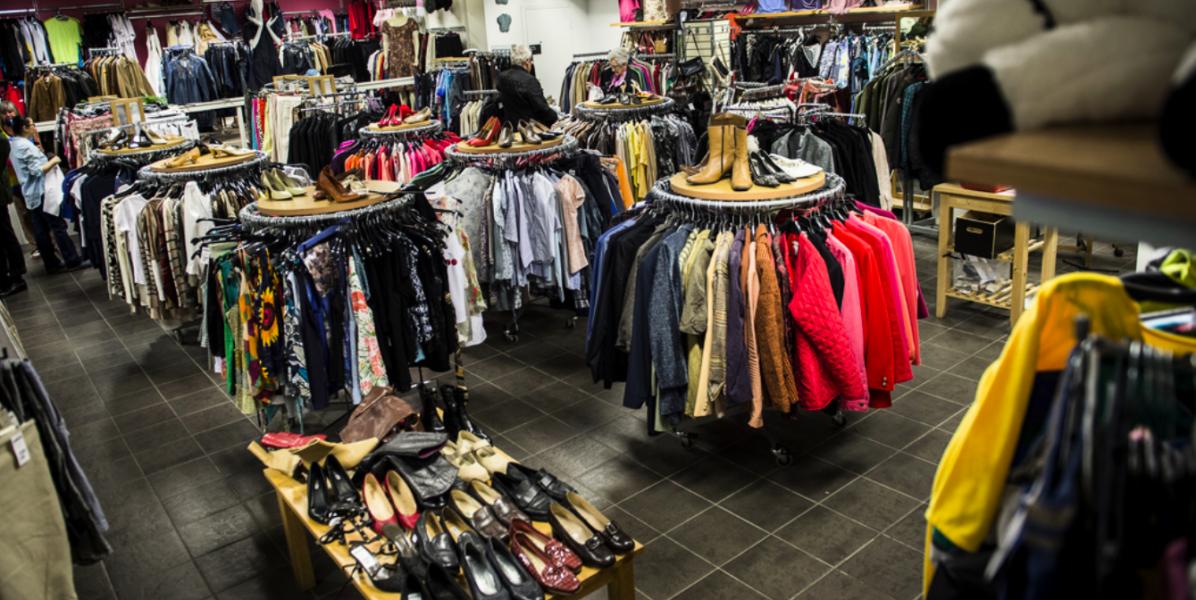 Att köpa begagnade kläder spar både pengar och miljön.