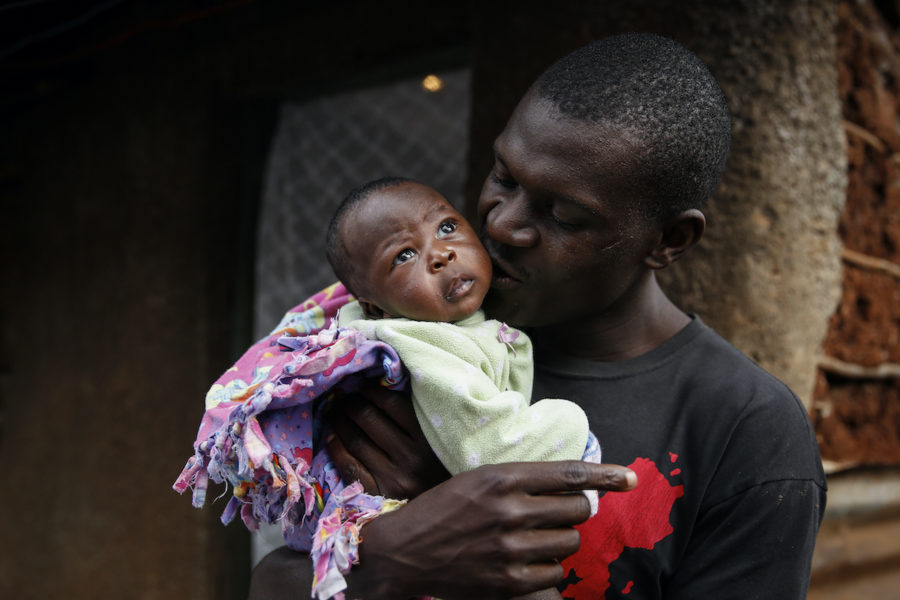 Gabriel Owour Jumas dotter Shaniz Joy Juma föddes med stöd av en traditonell barnmorska under utegångsförbudet i Kibera 2020.