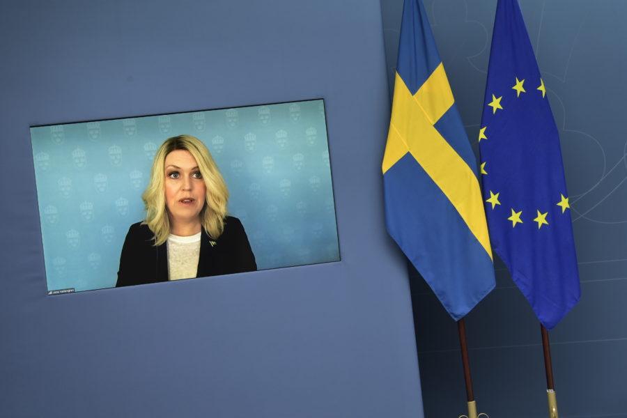 Socialminister Lena Hallengren talar under en pressträff på temat vaccin.
