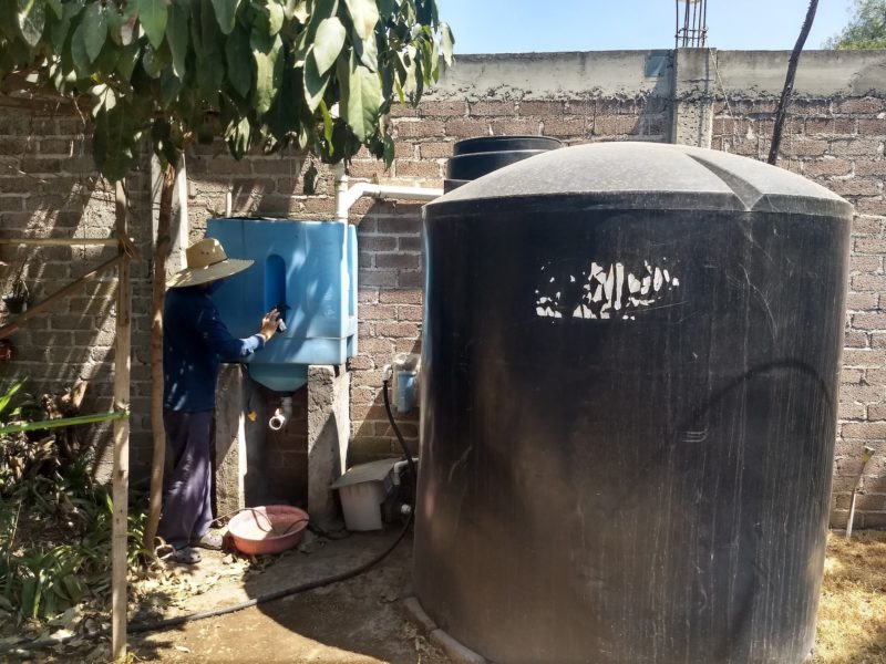Gabino Martínez rengör filtret till sitt lagringssystem för regnvatten i Tehuixtitla i södra Mexico City.
