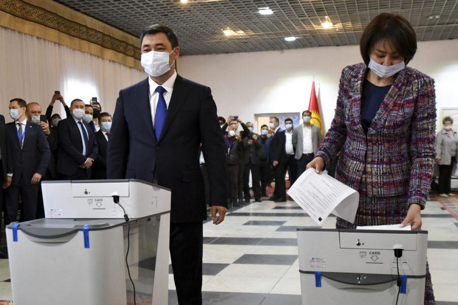 Kirgizistans president Sadyr Japarov (vänster) har snabbt kommit till makten, fått ett enormt folkligt stöd och ordnat en ändring av grundlagen.