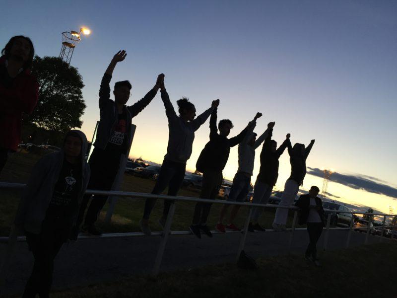 En grupp demonstranter tar avsked av tvångsutvisade vänner då ett deportationsplan lyfter från Sturup den 26 juni 2018.
