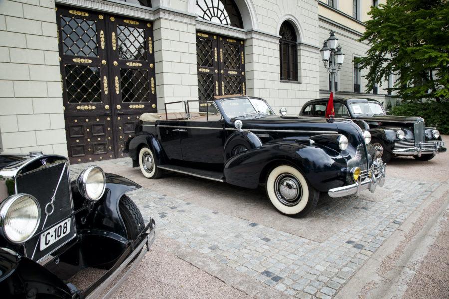 Hur kan kungens gamla bilar möta moderna miljökrav? Bilden är från en utställning i Oslo 2016, med en Volvo 652 från 1930 närmast, den kända Buick Roadmastern från 1939 i mitten och en A-4 Packard 1942 till höger.