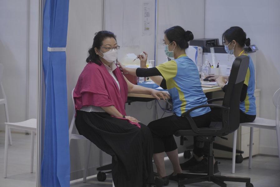 Hongkongs justitieminister Teresa Cheng vaccinerades i april.