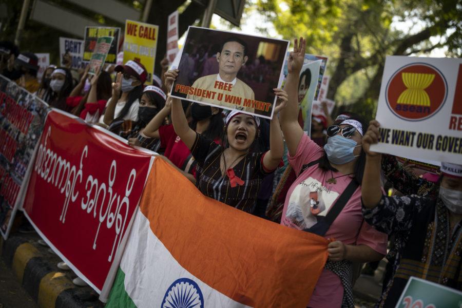 Flyktingar som tillhör folkgruppen chin i protest mot militärregimen i Myanmar.