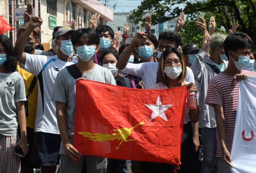 Militärjuntan i Myanmar har stämplat skuggregeringen och två andra grupper som terroristgrupper.