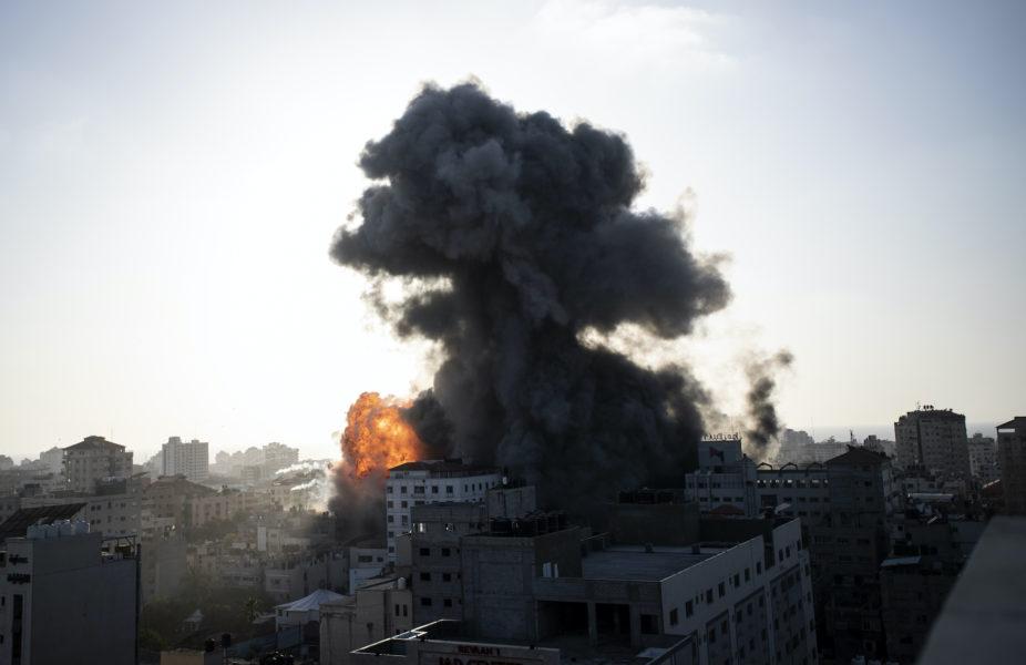 Rök och eld stiger från en byggnad i Gaza stad efter israeliska flygangrepp den gångna veckan.