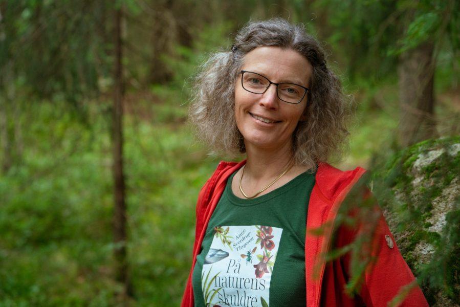 Naturkrisen har hamnat i skymundan för klimatkrisen, anser den norska biologen och författarenAnne Sverdrup-Thygeson, som skrivit en bok om allt det vi blir utan, om inte naturen mår bra.