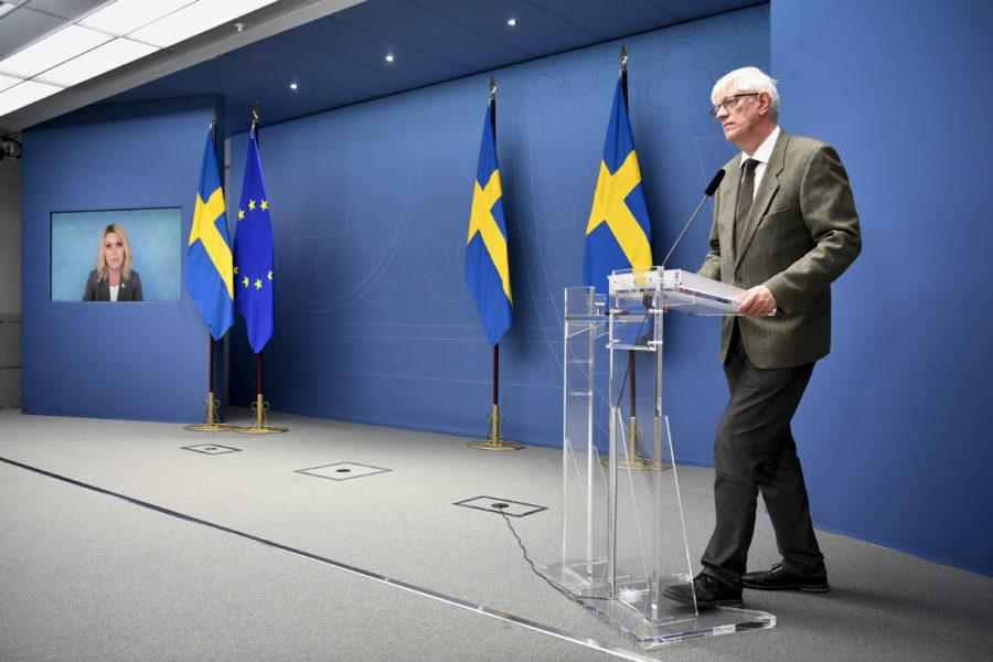 Socialminister Lena Hallengren (på skärm) och Folkhälsomyndighetens generaldirektör Johan Carlson håller pressträff om nya scenarier för smittspridningens utveckling de kommande tre månaderna.
