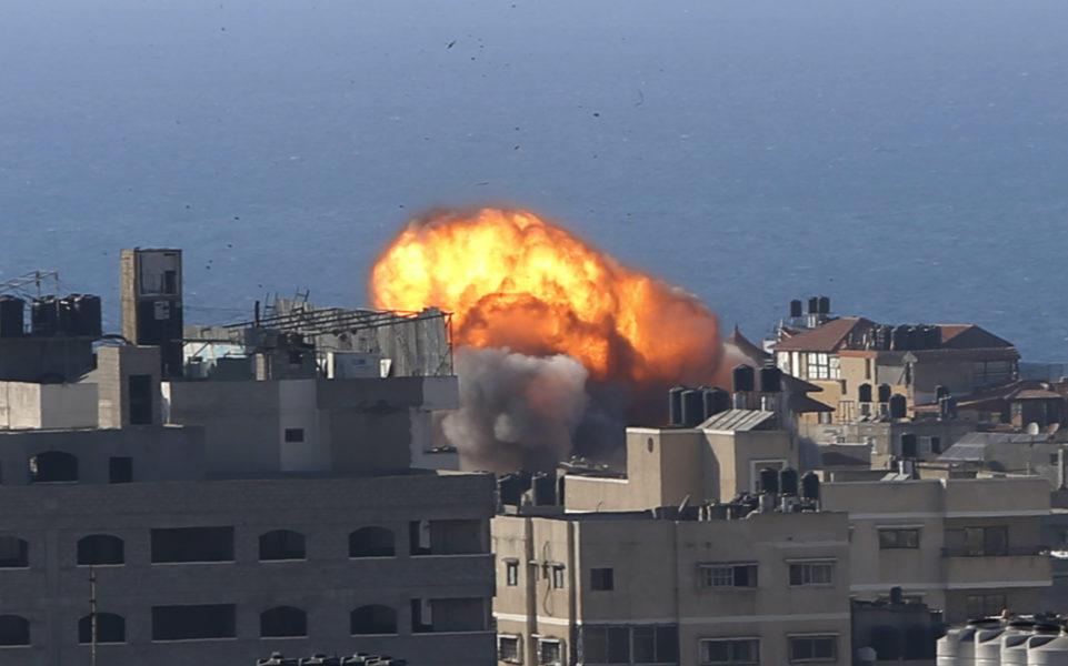 Ett israeliskt anfall mot en byggnad i staden Gaza på fredagen.