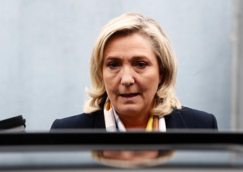 Högerextrema Nationell samlings partiledare Marine Le Pen lämnar vallokalen i Hénin-Beaumont efter andra omgången i de franska regionalvalen.
