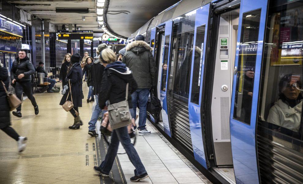 Resenärer vid Slussen i Stockholm.