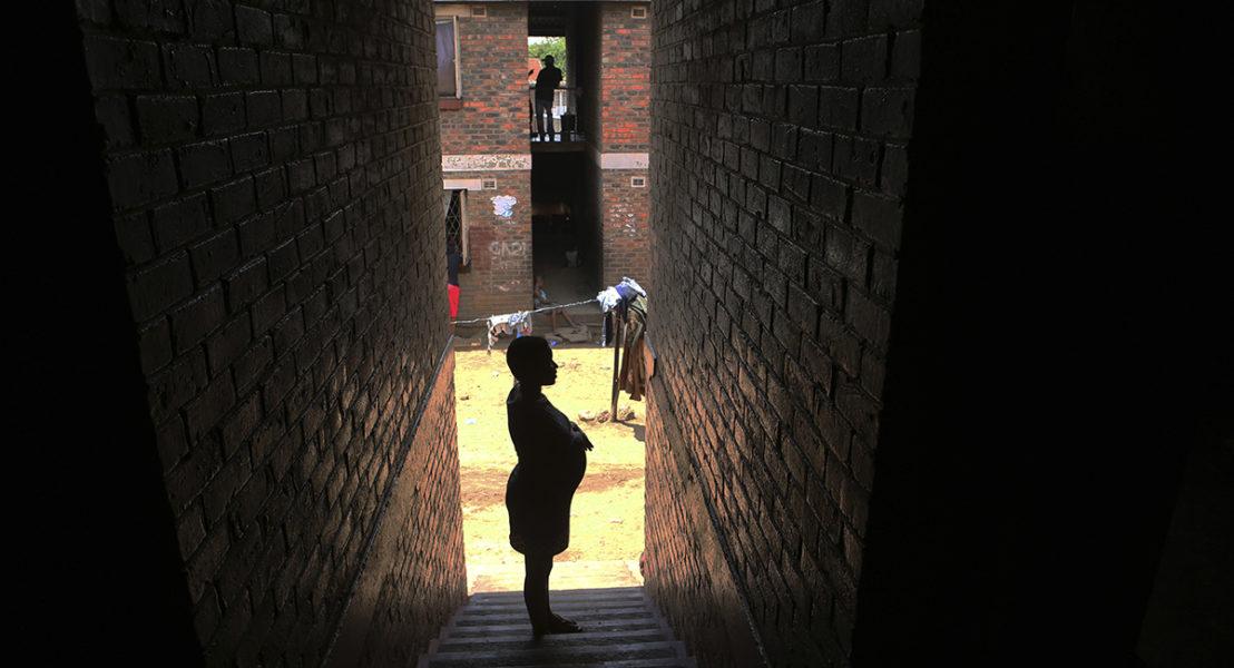 Det är kö till förlossningsvården i Esther Zinyoro Gwenas lilla lägenhet i Harare, där hon säger att hon hjälper de födande med ledning av den helige ande.