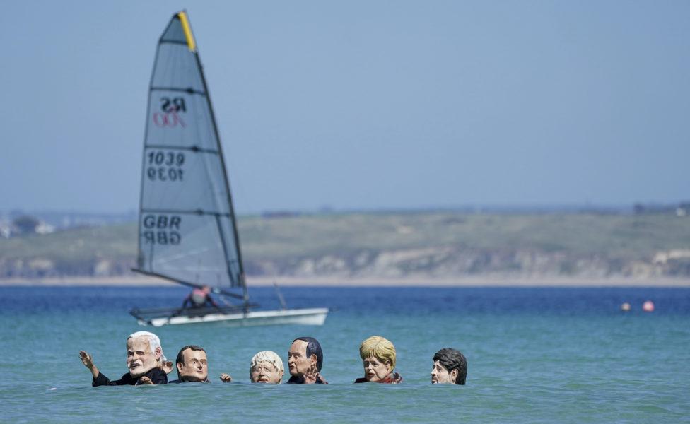 Aktivister utklädda till de sju stats- och regeringscheferna demonstrerade i vattnet utanför Carbis bay i Cornwall där mötet hölls under söndagen.