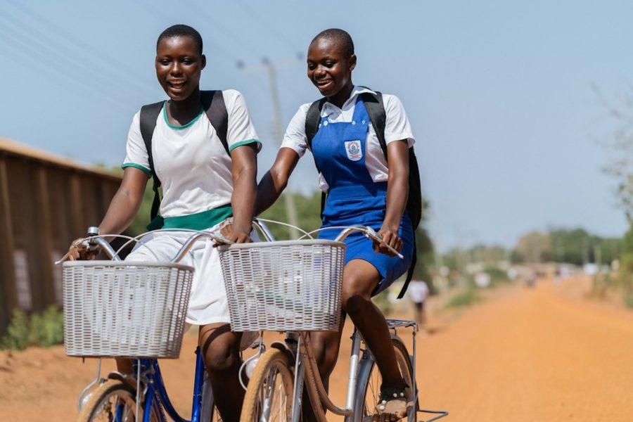 Två elever i Ghana på väg till sin skola, som ligger flera kilometer från deras hem.
