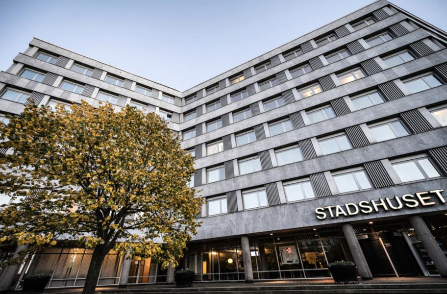 Efter Kvällspostens avslöjande om parallell, romsk rättsskipning och dess koppling till kommunanställda kräver Moderaterna att S-kommunalrådet Frida Trollmyr i Malmö avgår.