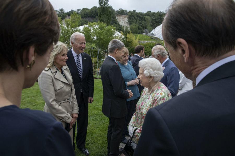 USA:s presidentpar Jill och Joe Biden möter Storbritanniens drottning Elizabeth vid en mottagning i samband med G7-mötet i brittiska Cornwall.