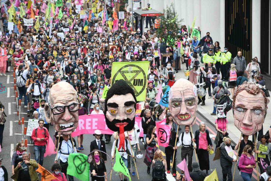 Aktivistgruppen Extinction rebellion utförde protester i helgen mot att ägarna till de största mediehusen fortsätter att sprida klimatskepticism och smita från skatter.