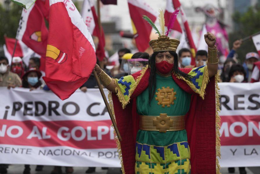 Anhängare till vänsterkandidaten Pedro Castillo demonstrerar i Lima på lördagen.