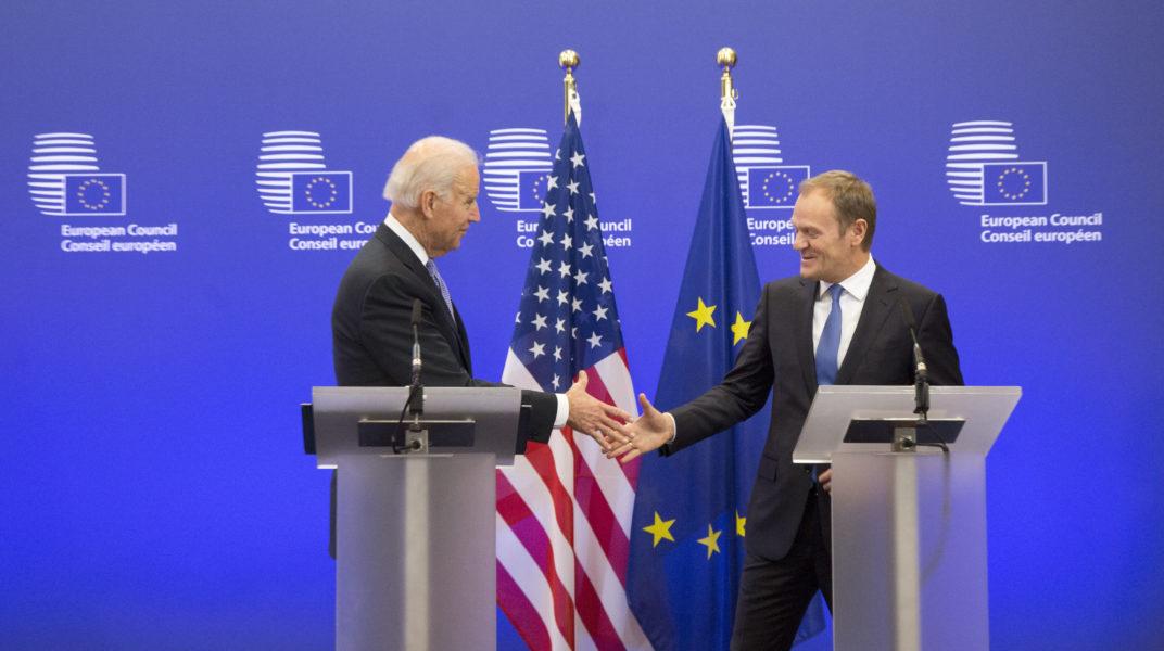 USA:s dåvarande vicepresident Joe Biden träffar EU:s dåvarande rådsordförande Donald Tusk i Bryssel 2015.